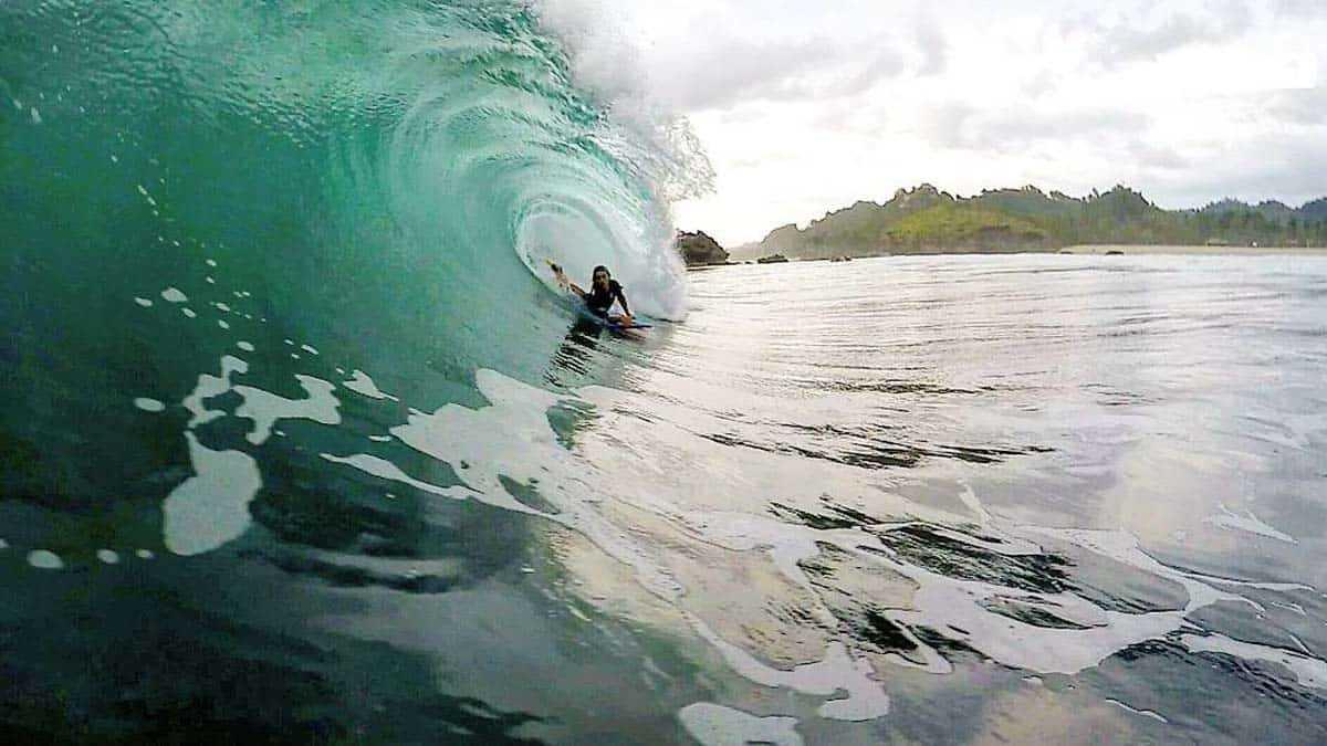 Surfing di Pantai Watu Karung