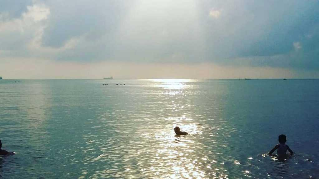 Berenang di Pantai Viovio