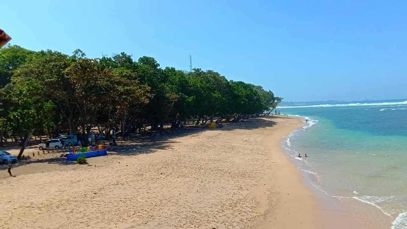 Pemandangan Pantai Balekambang